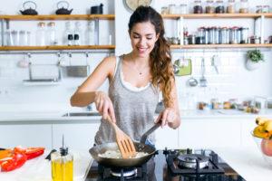 料理をがんばる女性