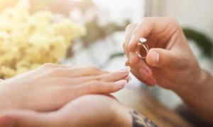 結婚指輪をはめようとしてるカップル